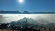 Bergdorf über Nebel